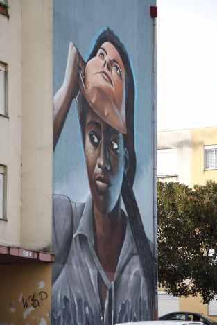 A máscara que envergam os moradores do bairro. Aprenderam a não dizer que são da Quinta do Mocho para evitar represálias, dado a má reputação do bairro.