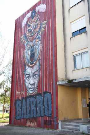 """Pintado, por uns artistas do norte, que repetiam """"Mas isto é que é o bairro?"""" dado no Porto, os bairros sociais serem bem diferentes, mais pesados"""